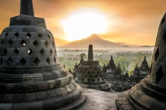Zonsondergang bij de tempel van Borobudur op Java, Indonesië