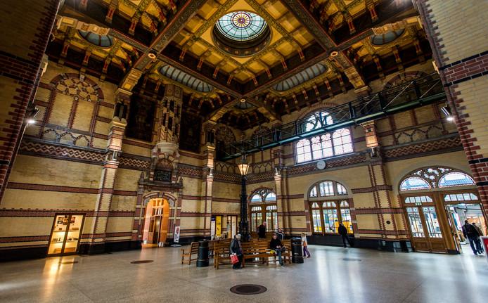 2014-05-01 09:03:47 GRONINGEN - Interieur van de stationshal Groningen. ANP REMKO DE WAAL
