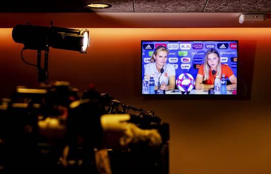 Sarina Wiegman, bondscoach van het Nederlands elftal, met Jackie Groenen tijdens een persconferentie in Stade du Hainaut, in aanloop naar de kwartfinale tegen Italië.