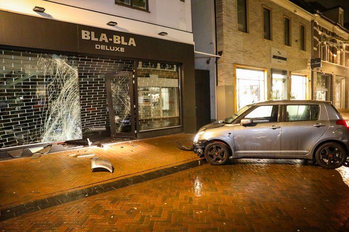 Een auto is vannacht tegen een pand in Apeldoorn geknald tijdens een ramkraak.