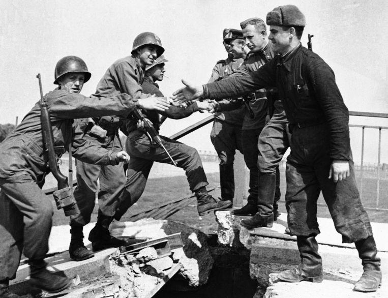 Ontmoeting van westelijke en oostelijke geallieerden op de brug over de Elbe bij Torgau. Beeld AP