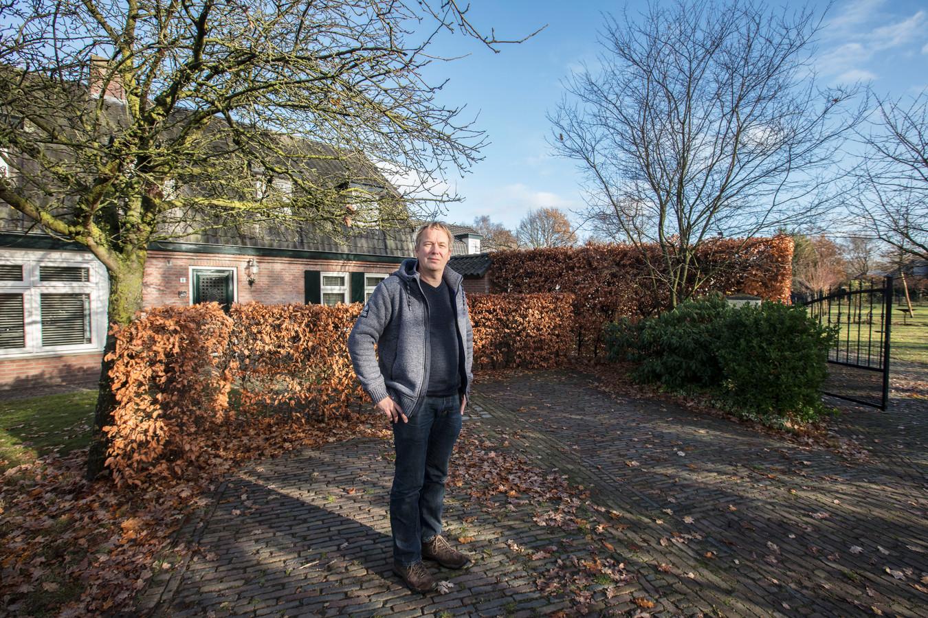 Frank Beekhuis voor zijn woning aan de Kaldersedijk in Brandevoort. Hij staat hier op het beoogde buizentracé, dat ook dwars door zijn tuin (rechts) loopt.