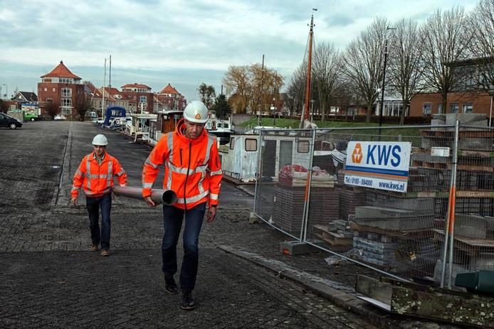 Werknemers van KWS Infra zijn gisteren begonnen met de renovatie van de jachthaven in Steenbergen.