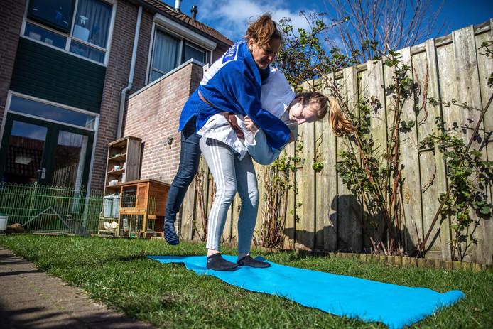 Amel Eilander neemt haar moeder op de heup nu ze niet in de dojo terecht kan voor haar partijtjes.