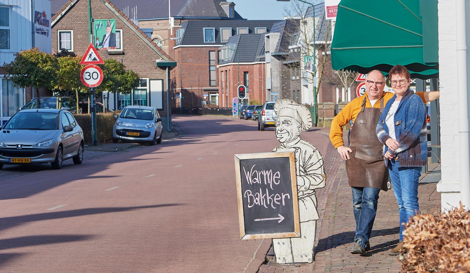Bakker Barten en zijn vrouw vrezen de gevolgen van de herinrichting van de Erpse Kerkstraat.
