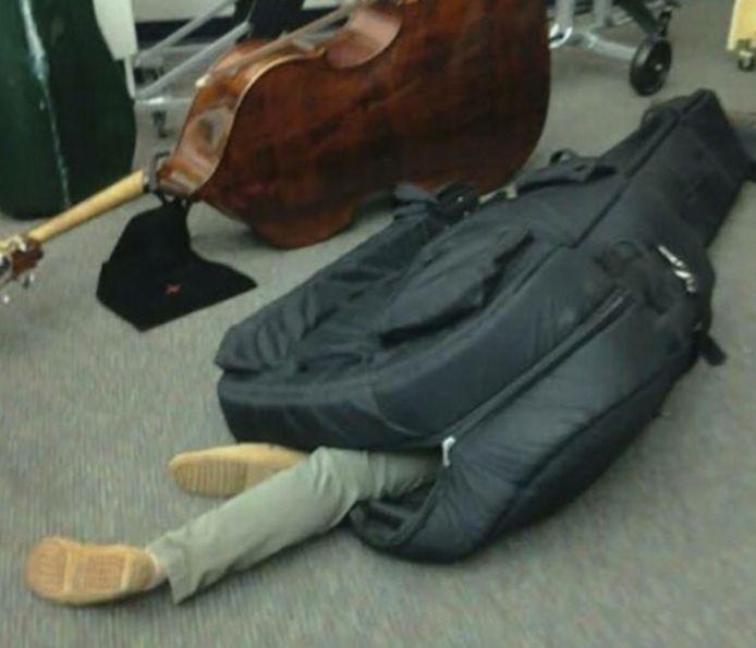 Dans un caisson ou un étui à guitare, tout est bon pour fuir le Japon comme Carlos.