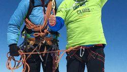 """Koen (53) trekt mondmasker aan op top van Mont Blanc: """"Weinig zuurstof, maar zo voelt het voor coronapatiënt ook"""""""