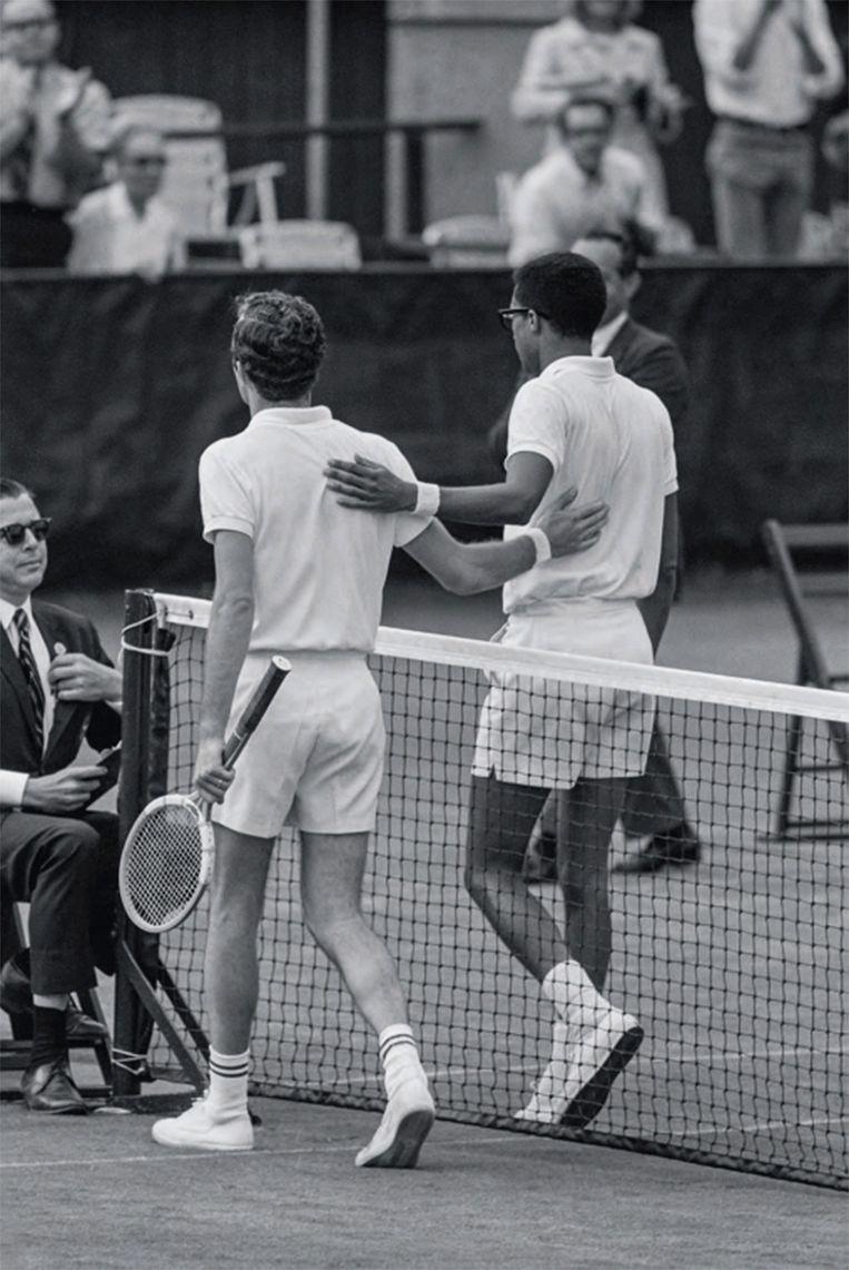Arthur Ashe en Tom Okker verlaten samen het veld.  Beeld John G. Zimmerman /Sports Illustrated/Getty Images