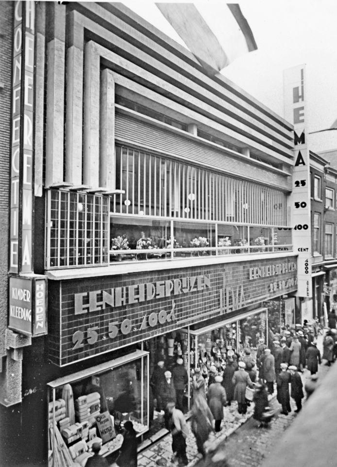 Voor de opening van de Hema aan de Voorstraat liep Dordrecht uit. Achter de ramen de lunchroom. De lichtbak woei er later af.