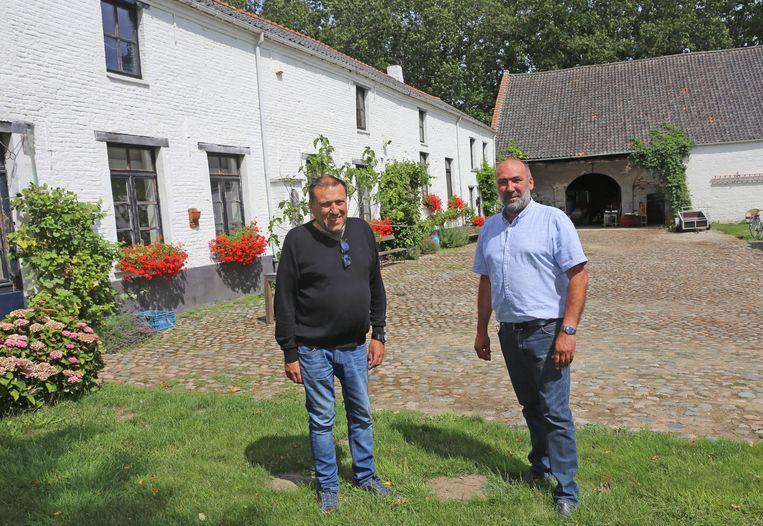 De broers Jean-Pierre en Luc Peelman bij de imposante hoeve die te koop staat.
