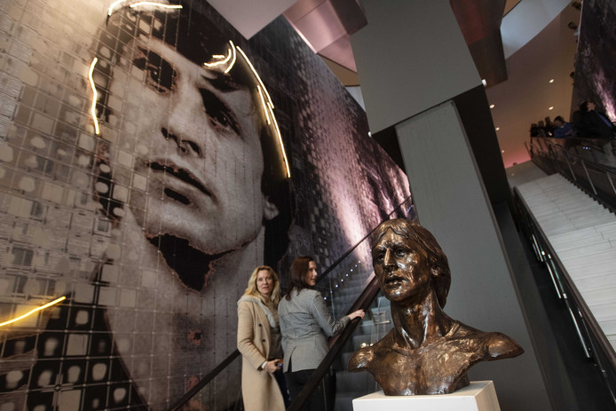 De wand met foto's van Johan Cruijff in de Amsterdamse Arena die naar hem is genoemd.