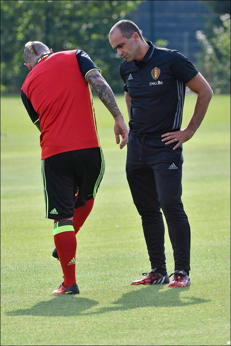 Radja Nainggolan en Roberto Martínez in gesprek op training.