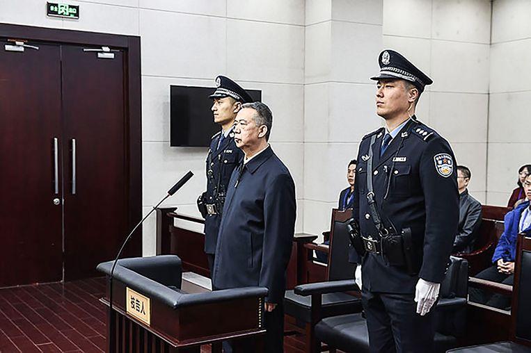 Voormalig president Meng Hongwei van Interpol dinsdag bij zijn veroordeling in Tianjin.  Beeld AFP