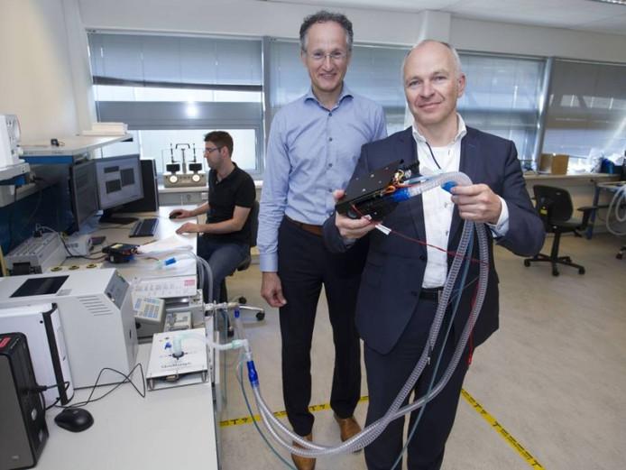 Topman Dennis Schipper van Demcon (voorgrond) en Toon Hermans, directeur van dochterbedrijf Demcon Macawi.