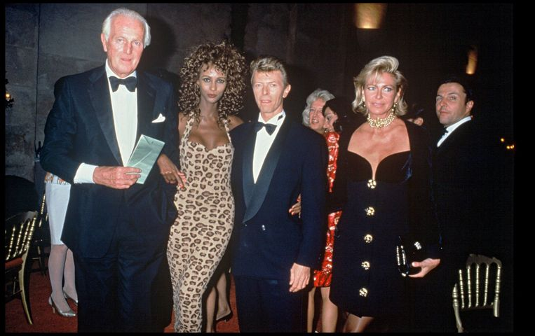 Hubert de Givenchy in 1991 met topmodel Iman, zanger David Bowie en Birgit de Ganay. Beeld Photo News