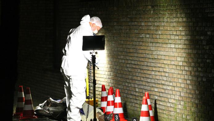 Forensisch onderzoek in de Dokkumerstraat waar Rob Zweekhorst bij vergissing werd doodgeschoten.