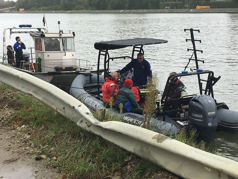Vanmiddag werd de auto met het lichaam uit het Albertkanaal gehaald in Hasselt