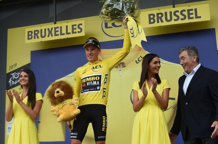 Van vijfvoudig Tourwinnaar Eddy Merckx (R) kreeg Teunissen de bloemen aangereikt. Beeld BSR Agency