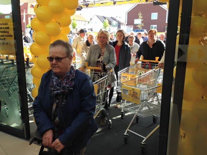 De eerste klanten betreden de winkel.