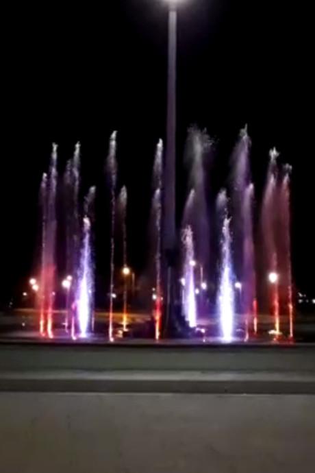 FC Twente-fontein spuit led-lichtjes op de stem van Gerry Marsden