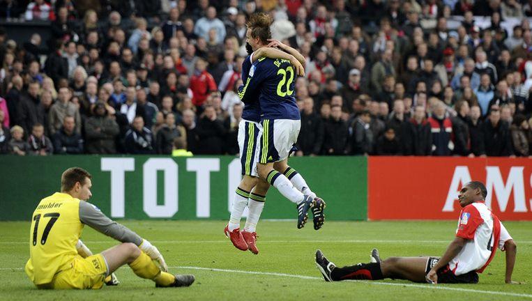 Siem de Jong (r) heeft de 1-3 gescoord en viert dat met Luis Suarez. Beeld