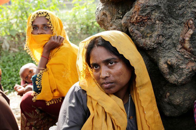 Een Rohingyavrouw huilt in de buurt van een vluchtelingenkamp in Bangladesh.