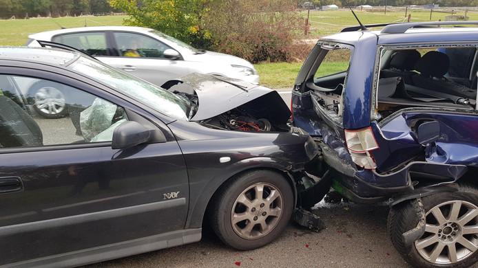 Drie auto's botsten op elkaar.