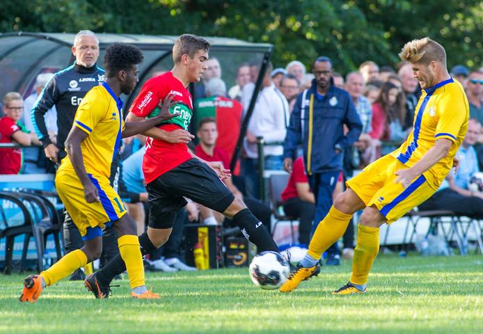 Bart van Rooij (17) voor NEC in actie tegen Al-Gharafa.