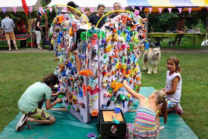 Het Kunstpark van enkele jaren geleden. Van afval is een grote vlinder gemaakt in het Westdampark.