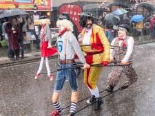 Een optocht in de regen maakt de ware Hooglander geen fluit uit