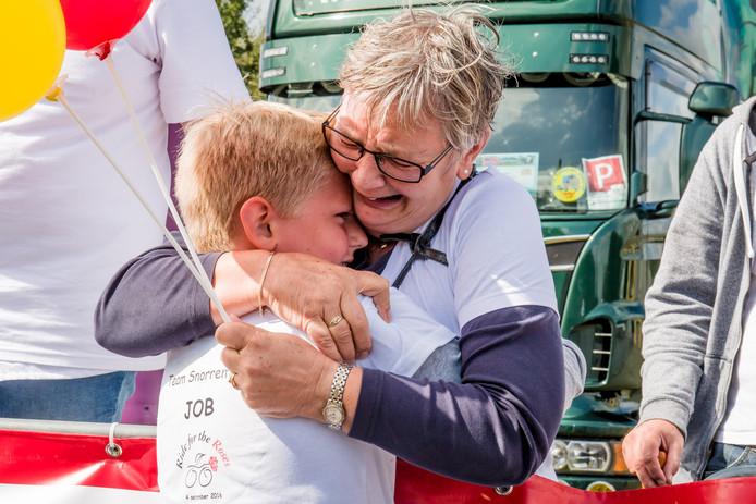 Deelnemer Job wordt stevig geknuffeld door een hevig geëmotioneerde oma. Foto: Lars Smook