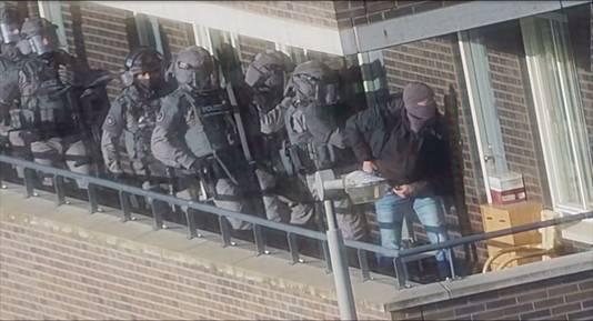 Een still uit camerabeelden van de politie leggen de arrestaties van zeven mannen vast tijdens een grote anti-terreuractie waarbij een mogelijke aanslag is verijdeld.