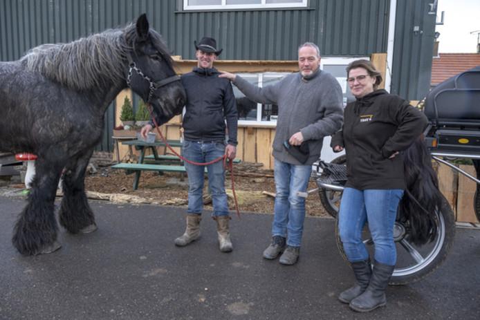 Astrid van Kleeff (rechts) met Jaco Groenendijk (midden) op zorgboerderij De Stelle en daarnaast 'wingman' Michel van de Velde.