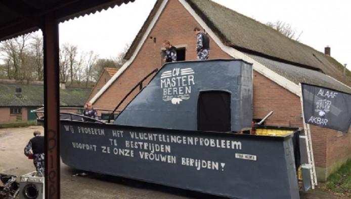 De carnavalswagen van CV Masterberen is in Nieuw Heeten uit de stoet gehaald