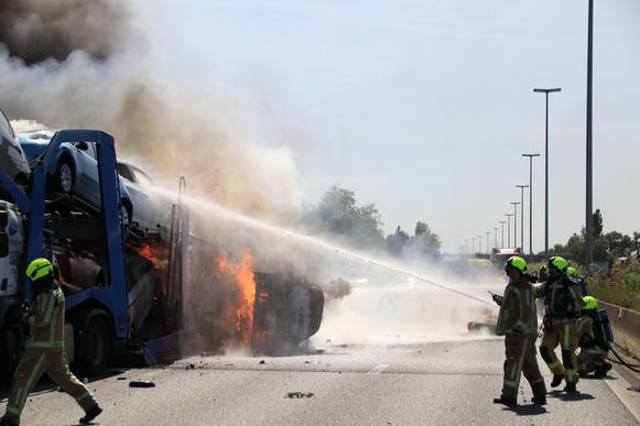 Dos muertes en una serie de accidentes en la E17: camión portacoches en llamas, carretera completamente cerrada