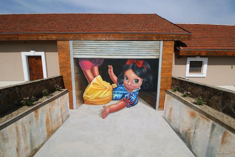 Een voorbeeld van een werk van Leon Keer. Hij neemt de muur aan C-power nog eens onder handen.