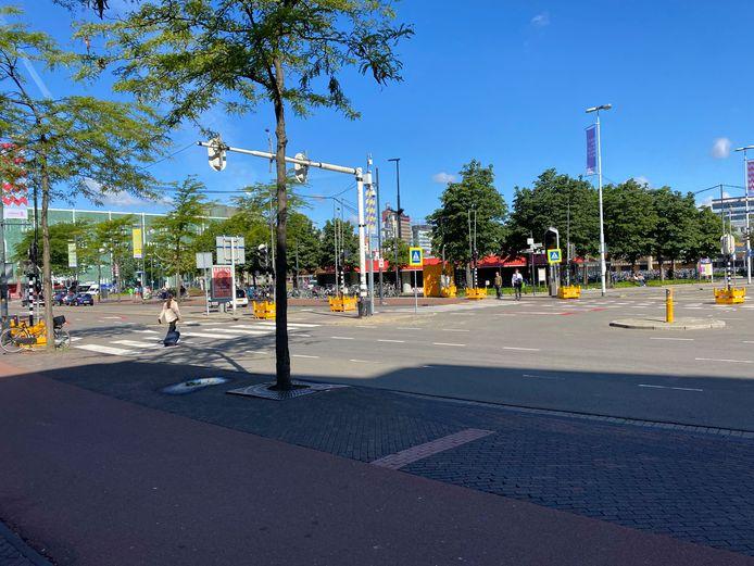 De oversteek van het station in de richting van de Dommelstraat is sinds kort beveiligd met verkeerslichten.