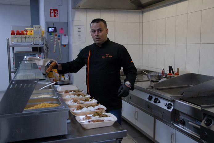 Chef-kok Zakaria el Madidi is in de keuken druk bezig met de iftar.