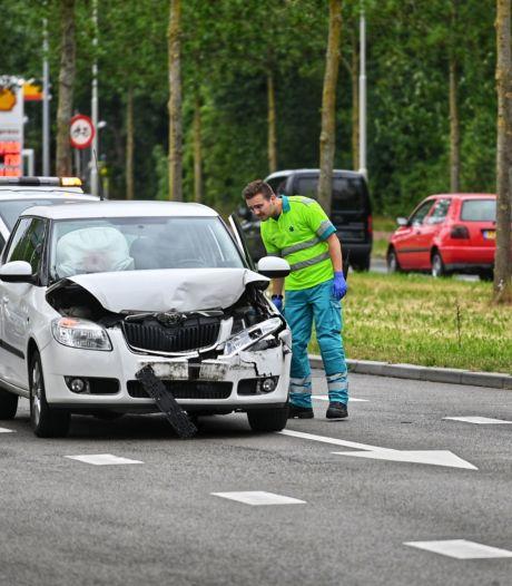 Botsing tussen twee auto's op de Ettensebaan in Breda