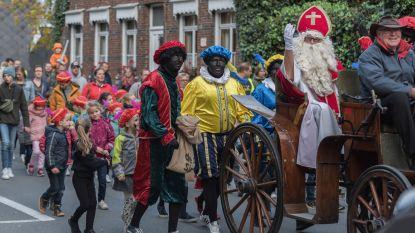 Zo hoort ontvangst van Sint-Maarten te zijn: Massa enthousiaste kinderen in stoet met Sint en Pieten door de straten