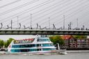 Spidoschip James Cook vaart onder de Erasmusbrug door. 'Wat is de maximale capaciteit op een schip?'