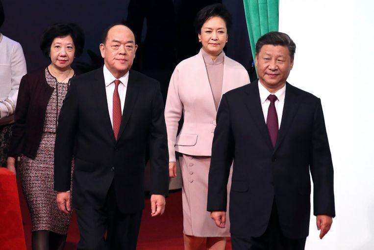De Chinese president Xi Jinping (rechts) met Ho Lat Seng (links), de Chief Executive van Macau. Beeld EPA