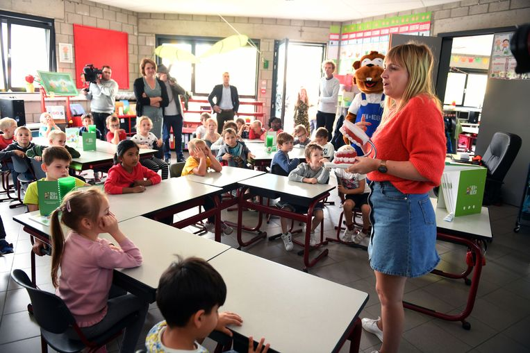 In basisschool Mater Dei lanceerde de CM de campagne 'Bang van de tandarts?' 35.000 zesjarigen krijgen een sticker in de bus met een QR-code waarmee ze een tandenpoetslied kunnen opvragen.