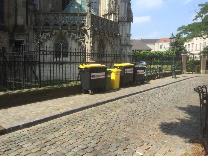 De situatie donderdagmiddag op het Sint-Janskerkhof, met de containers tegen het hekwerk van de Sint-Jan