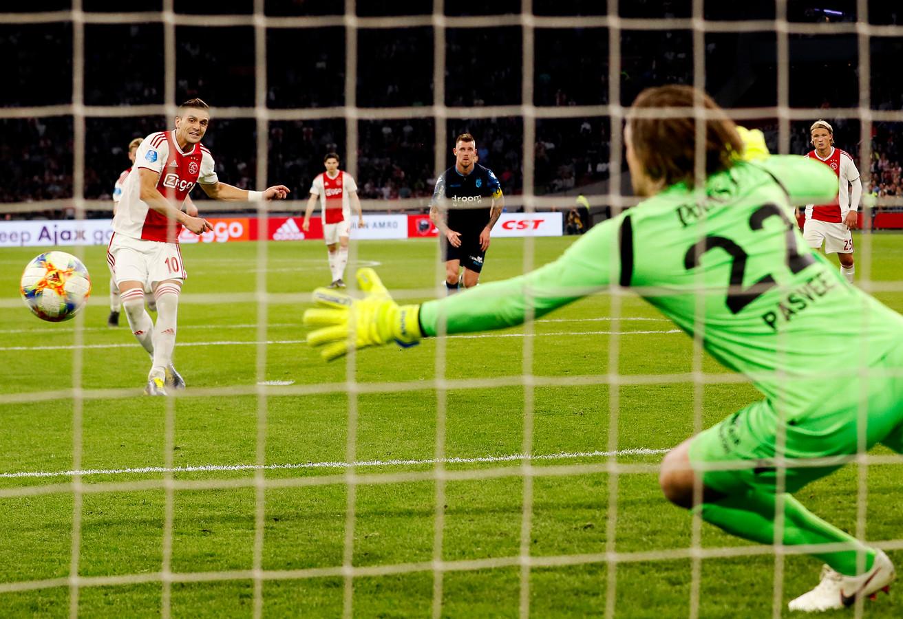 Dusan Tadic van Ajax scoort vanaf de stip tegen Vitesse. De Serviër benutte 11 van de 12 penalty's die hij dit seizoen in de eredivisie nam.