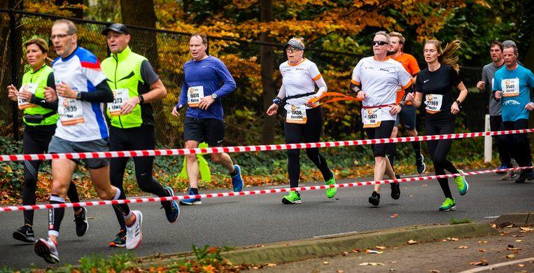 John Stoop (met zonnebril) met zijn buddy Dorothé Jansen. De 60-jarige Stoop liep marathons voordat hij door trombose bijna volledig blind werd. Beeld null