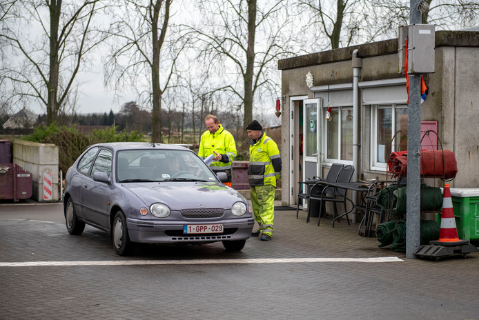 Meteen controle bij een Belgisch voertuig en een voor de medewerkers onbekende bestuurder aan de milieustraat in Hulst.