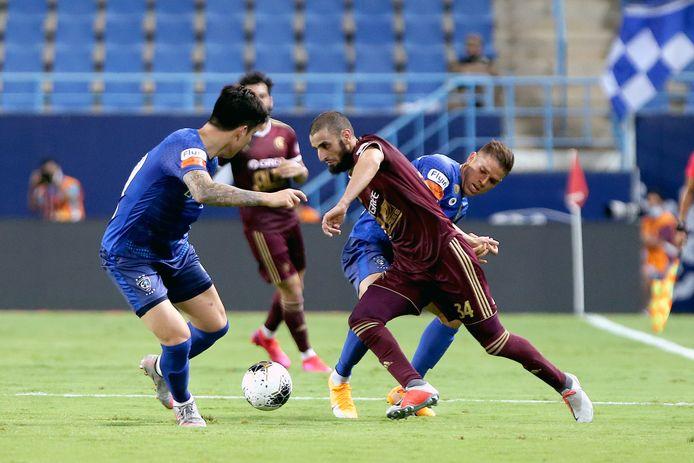 Youssef El Jebli aan de bal namens Al-Faisaly.