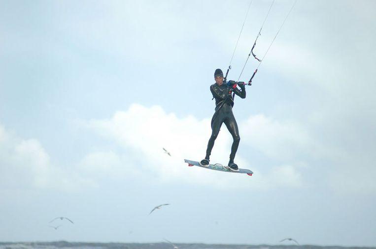 Nadat zijn vlieger was gescheurd, landde een Britse kitesurfer midden tussen een kilometerslange school kwallen. Foto GPD Beeld