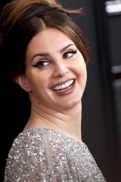 Lana Del Rey confie avoir acheté sa robe des Grammy Awards au supermarché